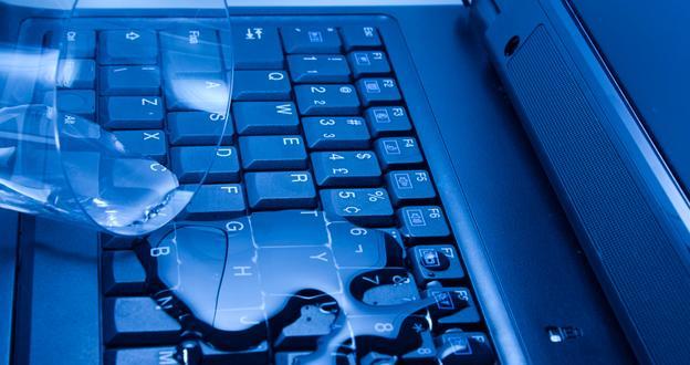 На клавиатуру ноутбука пролилась жидкость: что делать?