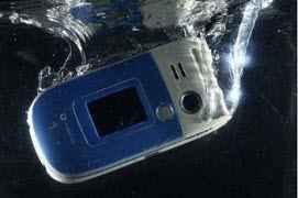 Что делать, если телефон упал в воду.